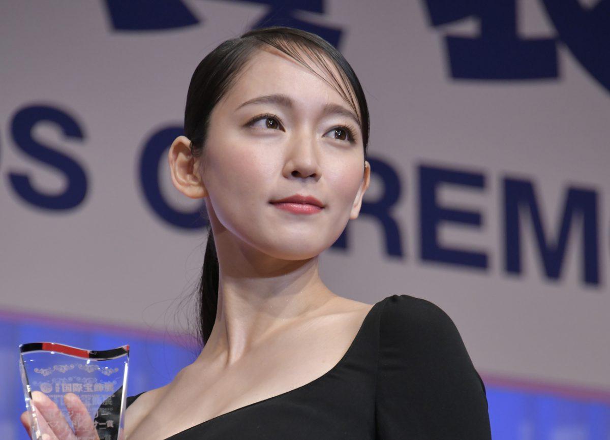 吉岡里帆、デビュー曲で冷や汗ダラダラ…作詞・作曲した紅白出場歌手は?
