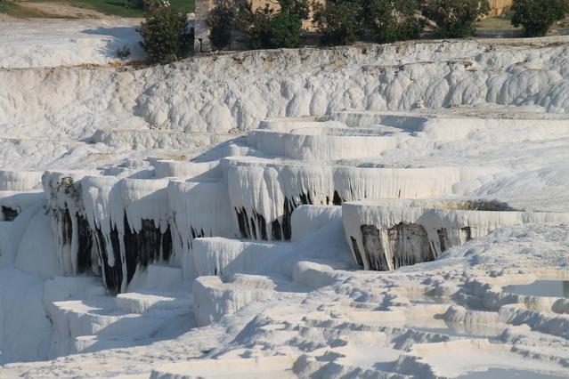 雪原のような温泉地パムッカレ。その白さの正体は?